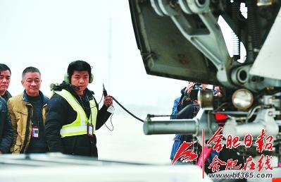 地勤人员正在进行飞机起飞准备