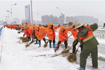桐庐城管队员和环卫工人凌晨扫雪 为保道路通畅图片