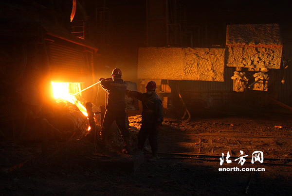 钢花四溅过春节炼钢厂工人体验别样年味儿龙桥家具设计培训图片