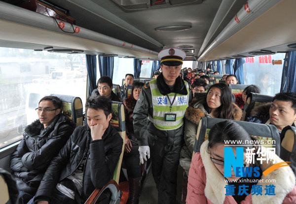 重庆高速公路执法支队的一名执法人员在g50