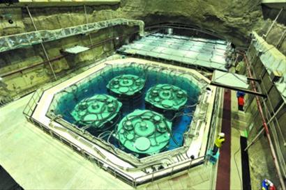 大亚湾中微子实验大厅,在深圳地下100米深处阴暗潮湿的岩洞中,墙体都