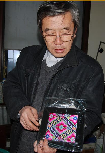 佟悦向记者展示满族的枕头刺绣   专家详解:满族有三大节日...