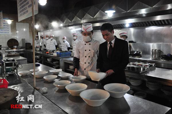 浏阳开展文明餐桌行动:剩菜不打包服务员受罚
