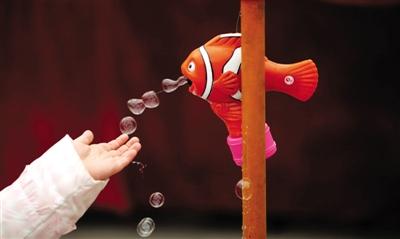女生:一个小女孩自慰接场景鱼小丑机嘴里吐出不孕不育泡泡与伸手图片