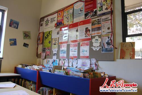 绿色广场图书馆中的图书和宣传单