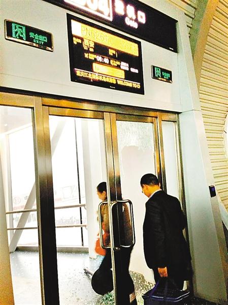 重庆机场T2A航站楼的B04登机口玻璃门被砸碎。 网友RnEA供图