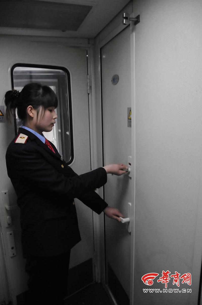 乘务员连续12年未在家过年 曾在列车上为旅客