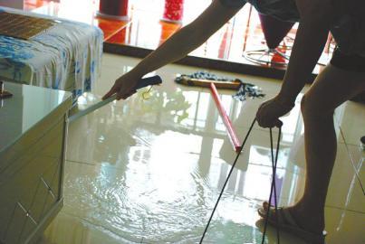 楼上新房贴磁砖 楼下客厅就漏水