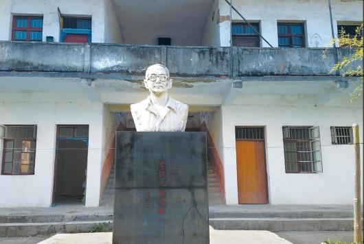 石台县占大中学校园内的李诚塑像。