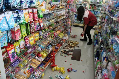 """南投县仁爱乡27日上午发生6.1级地震,在约20多秒的摇晃中,超商部分上架物品掉落满地。图片来源:台湾""""中央社"""""""