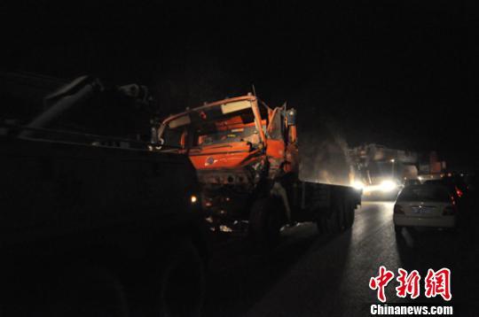 22日晚,有大车将肇事的运石车、撞毁的三马车等紧急运走。 吕子豪 摄