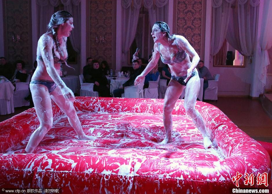 俄罗斯女子泡沫摔跤上演性感贴身肉搏 资讯