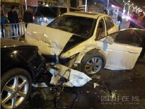 3月2日晚,交大路上发生一起严重车祸,一辆白色雅阁车逆行200米,接连