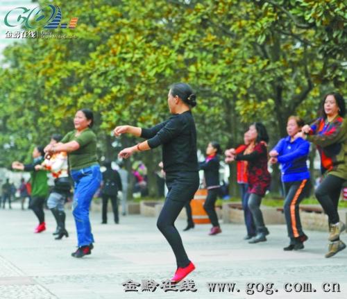 在江南style音乐的伴随下跳起欢快的骑马舞