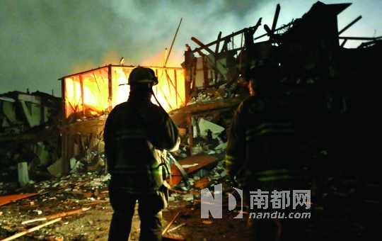 18日,美国得克萨斯州韦科市附近一家化肥厂发生爆炸,消防员在废墟中搜寻。