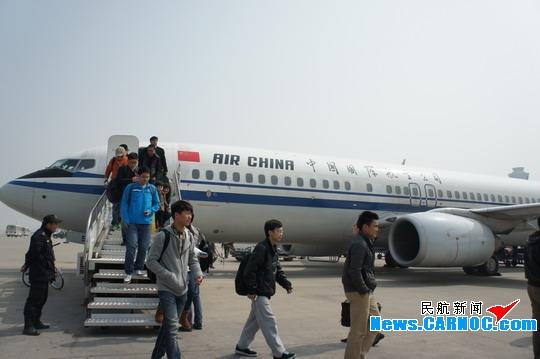 图1:双机长飞行 民航资源网2013年4月3日消息:今(3日)早8点55分,中国国际航空股份有限公司(Air China Limited,简称国航)新开CA1265天津西安乌鲁木齐航线首航,由载客164人的波音737-800型飞机承担飞行任务,每周一、三、五往返飞行,单程飞行5小时15分。此航线为国航天津始发空中距离最远、飞行时间最长的航线。首航班机销售情况良好,载客151人,多为旅行散客。旅客中既有不满周岁的婴儿,也有轮椅老人。他们有的是利用清明假期旅游的,也有商务人士。 国航天津分公司派出经验