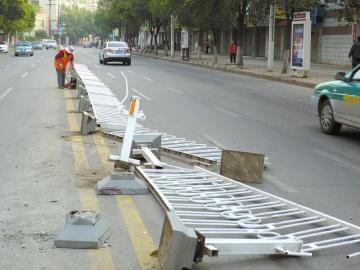 17日深夜蜀门北路棉纺厂后大门隔离护栏被撞毁。