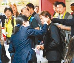 桃园机场工作人员昨特别注意到港旅客检疫工作,旅客都须经过红外线热影像仪检测体温。图片来自台湾《中国时报》