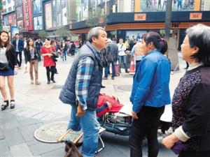 """深圳/中年男子与侏儒女孩""""背后的""""蓝衣女子争吵。..."""