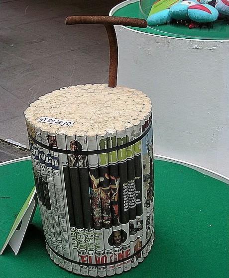 编制了桌垫,用空的易拉罐堆成茶几,于是就想到是否能再次将看过的报纸