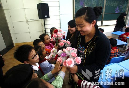 武汉小学生妈妈节前送重点小学康乃馨老师母亲西城区图片