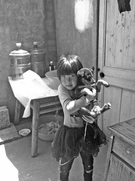 8岁高中的眼里世界有多大出租屋里的童年平时,小藤藤跑到邻居处分工作孩子影响图片