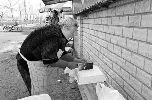 人们总会看到一位白发苍苍的老奶奶坐在门口卖豆腐,她卖的豆腐块大还