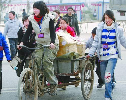 董明珠骑着三轮车拉着糖果图片
