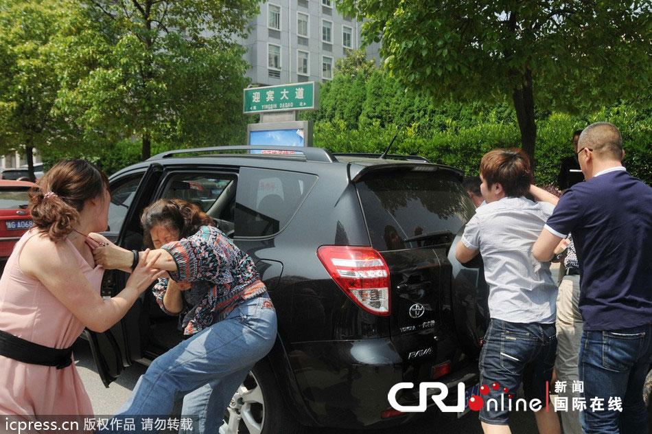 丰田车主追尾撞飞对方逃逸被逼停 遭目击者教训 高清组图高清图片