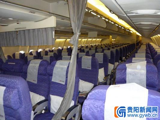 该飞机经济舱前排设有20个超级经济舱座椅,座椅间距为92厘米,接近传统