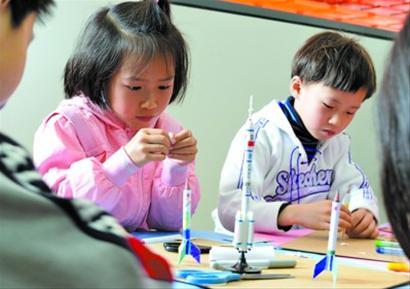 """教小学生们用铅笔头制作""""弹射火箭"""""""