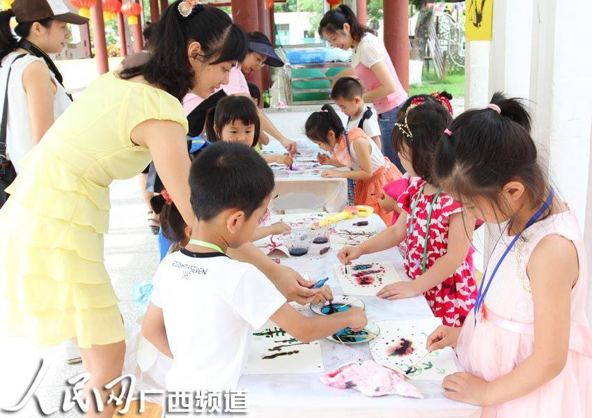 艺术节上画画表演的小朋友 人民网南宁5月31日电(见习记者 李婧)为庆祝六一儿童节,广西区直属机关第三幼儿园提前进入节日状态,从上周起,连续开展了木偶表演、童话剧表演、玩具超市、快乐童年艺术节等丰富多彩的活动,让孩子们在欢声笑语中度过自己的节日。 该园的副园长林丽介绍,幼儿园倡导孩子做自己节日的主人,在快乐童年艺术节的活动中,每个孩子都能登上舞台,表演自己擅长的节目,会讲故事的上故事小讲台,想唱歌的到表演的舞台。正是因为人人都是主角,孩子们尤其喜欢这一活动。 玩具超市是指幼儿园大班的孩