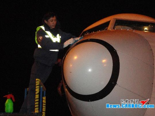图1:李鹏在擦拭飞机雷达罩 民航资源网2013年5月27日消息:山东航空股份有限公司(Shandong Airlines Co., Ltd.,简称山航)机务工作中,有一类非常基础但十分重要的工作,那就是飞机航线维护的一般勤务工作。勤务工作很多情况下正是保障安全运行,高效服务的基础。山航机务勤务工作者以一向吃苦耐劳,一丝不苟,坚忍不拔的精神出色地完成了各项任务,向公司,向顾客交付了一份满意的答卷。 晚上七点半进入山东青岛流亭国际机场的停机坪,在维修部航线一分部外场办公室八点准时召开的交班会上,笔者见到了