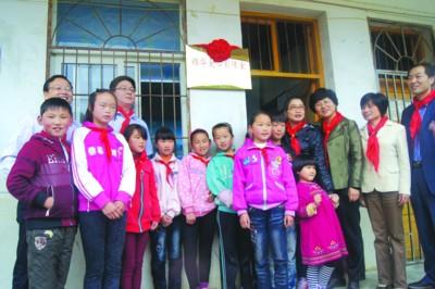 芜湖锦华卓雅文化传媒有限公司董事长程华一行与援建影像室学校的师生合影
