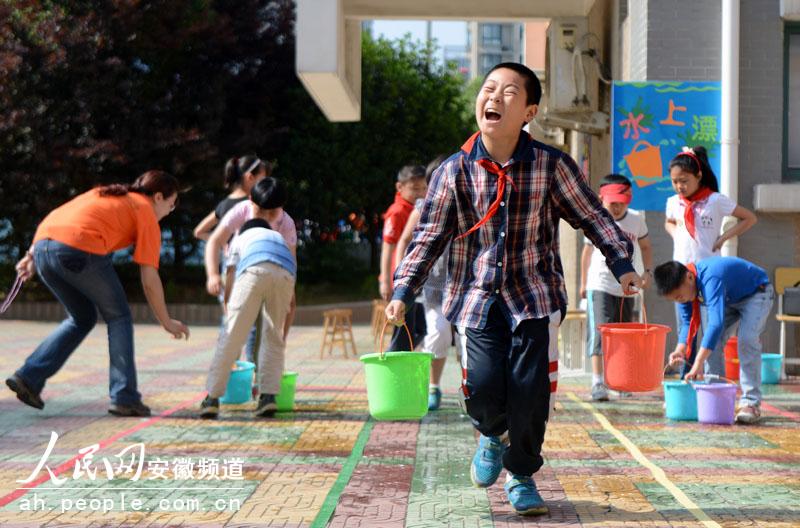 """一位学生正提着两桶水玩起轻功""""水上漂"""""""