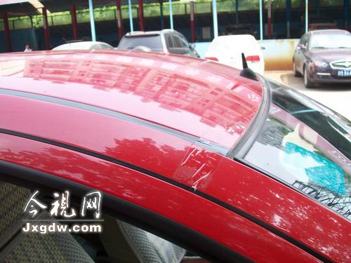 为防止漏水,莲花汽车车顶连接处粘贴了胶带 高清图片