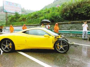 崭新的法拉利跑车撞得车头与车身分离 高清图片