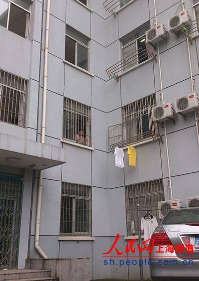 事故发生地——5号楼后门的夹角处