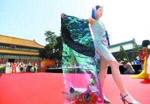"""""""北京市中学生纸艺服装设计作品展示""""日前在历代帝王庙广场举行."""