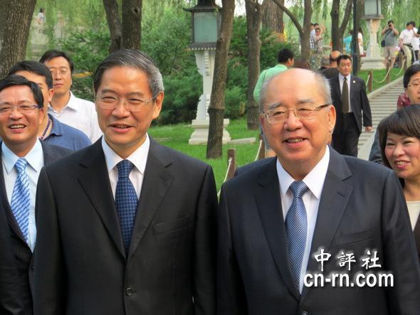 张志军(左二)亲自设宴为吴伯雄率国民党中央访问团接风。(中评社 倪鸿祥摄)