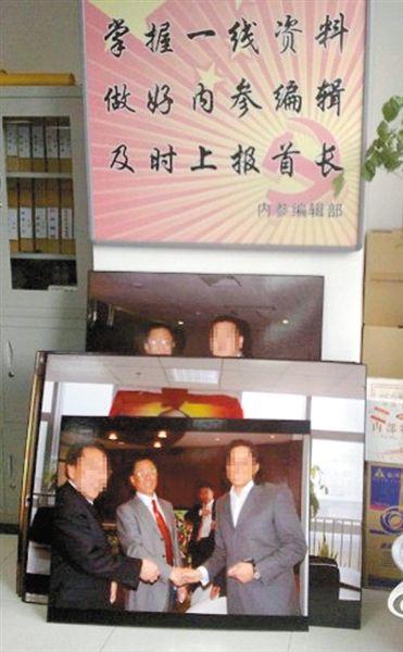 """""""中調委""""辦公室,掛有李廣年與多位官員合影。本版圖片由易勝華提供"""
