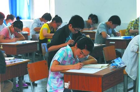 考生们在考场内仔细答题. 记者 李化 摄-重庆高考作文 一颗大豆考你