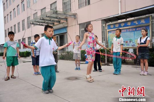 图为前毕小学学生们按照国学经典文章的韵律节奏玩跳绳游戏.图片