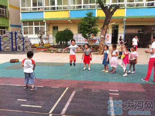 幼儿园小朋友在玩跳绳