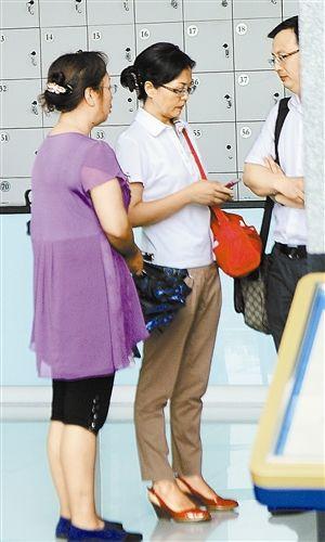 雷政富妻子(左二)与律师交流.新华社发