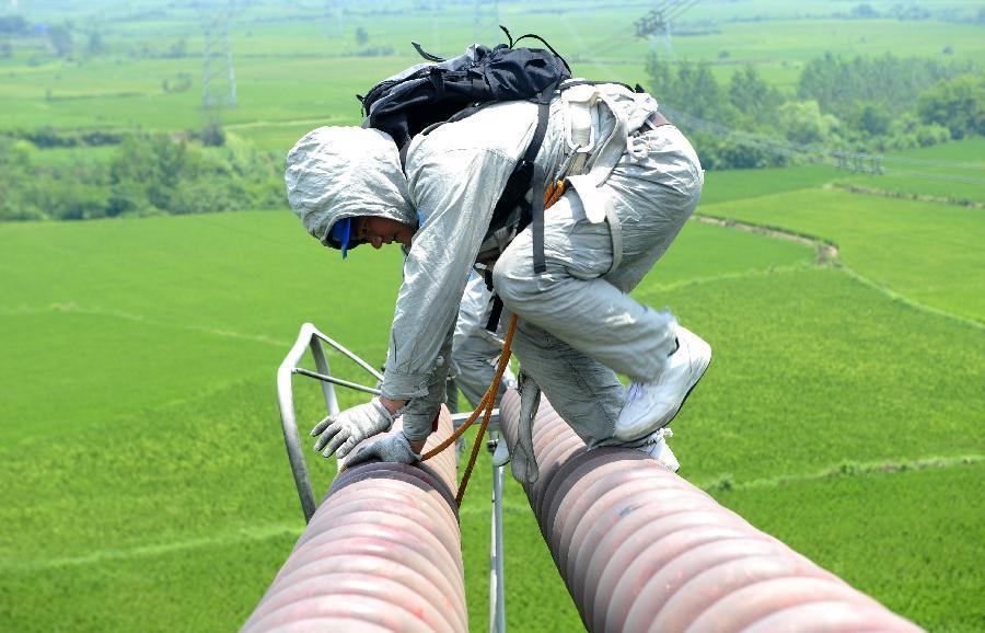 斗(斗立)孝(孝感)Ⅰ回超高压输电线路17号50米铁塔上