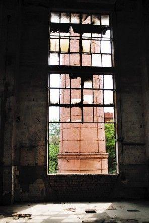 由前苏联援建的开远火电厂早已停产,厂房破败不堪  马闪山 摄