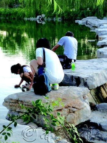农村小女孩河边戏水照_两名小学生河边戏水,暑期 ...