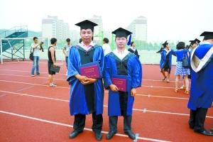 刘鹏林(左)在毕业典礼上与同学合影