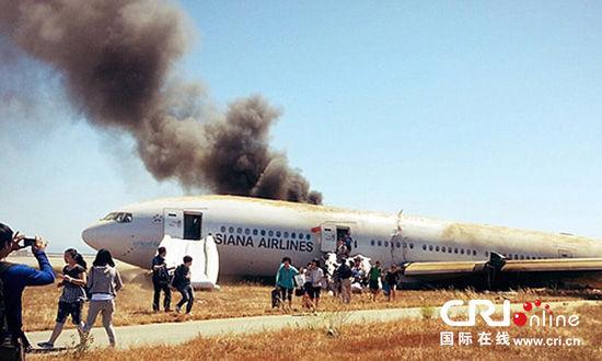 当地时间2013年7月7日,美国华盛顿,美国国家运输安全委员会公布韩亚航空坠毁飞机的飞行数据记录器和驾驶舱语音记录器的照片。图片来源:东方IC